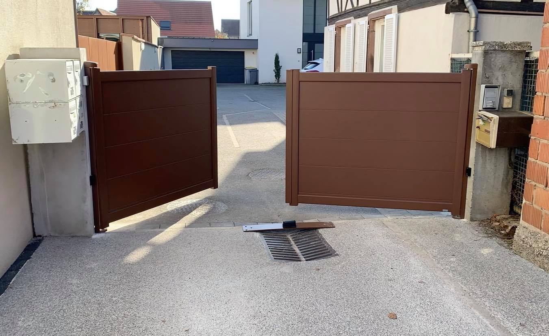 Exemple d'une réalisation à 67 #HOERDT avec la mise en place de ce portail en aluminium à lame XXL , coloris Rouille. N'hésitez pas à nous contacter pour étudier ensemble votre futur projet #porte #portail ou tout simplement pour un #dépannage Devis gratuit