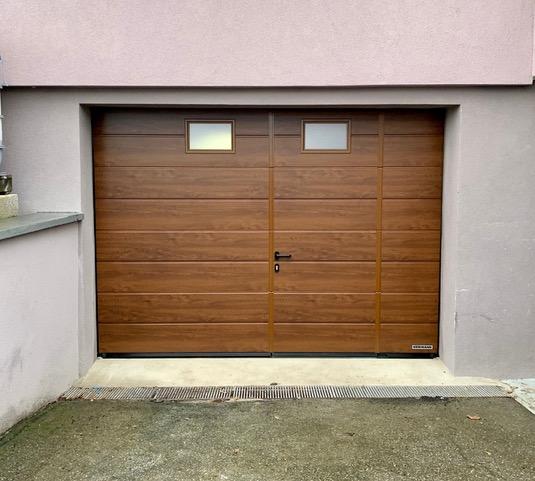 Porte de garage sectionelle avec portillon intégré avec seuil anti trébuchement inox ( 2 aspects l'un en DARK OAK , aspect bois foncé et l'autre en RAL 7016 )