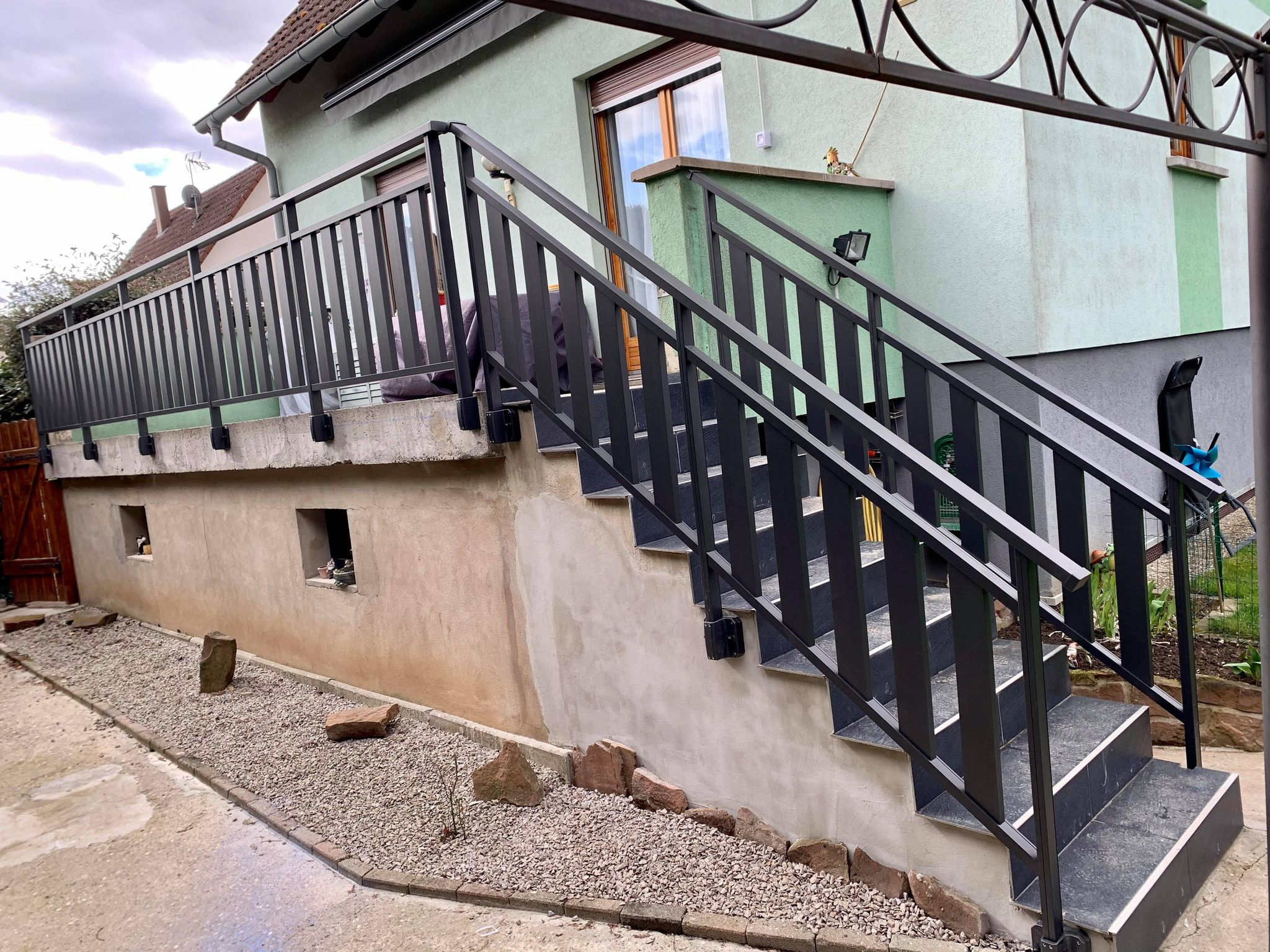 Garde corps à barreaudage verticale ( GUEZY ) en aluminium , fait à Gries ( 67 )